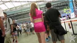 ゲームイベント会場でコスプレコンパニオンを逆さ撮りパンツ盗撮www【パンチラ】の画像