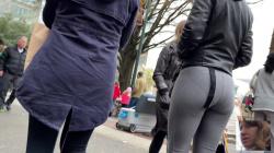 【透けパン】街中グレーレギンス着用女性を追跡パンティを隠し撮りwww【海外盗撮】の画像