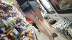 コンビニで尻たぶがエロいデニムのホットパンツ女子を隠し撮りwww【ハミケツ盗撮】の画像