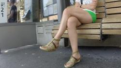 バス停のベンチに手足組んで座ってる女性を隠し撮りwww【美脚盗撮】の画像