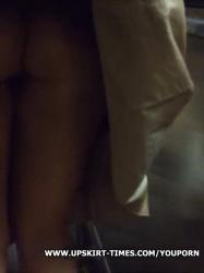エスカレーターでスカートめくりTバック美尻隠し撮りwww【痴漢・盗撮】の画像
