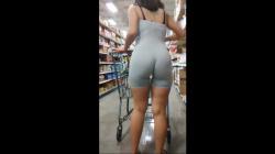 スーパーで体にぴったりフィットエロ服着たむっちり熟女を隠し撮りwww【盗撮】の画像