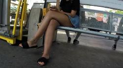 駅のホームのベンチに脚を組んで座ってるデニムのミニスカート女子を隠し撮りwww【盗撮】の画像