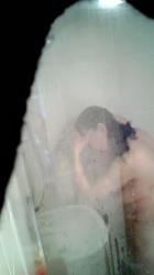 民家のお風呂覗きシャワーを浴びてる人妻熟女を隠し撮りwww【盗撮】の画像