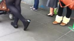 ベタ靴黒タイツ女性の足元隠し撮りwww【フェチ・盗撮】の画像