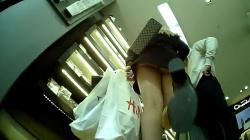 【パンチラ】店内でミニスカ女性を逆さ撮りむっちりとしたお尻を隠し撮りwww【盗撮】の画像