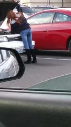 スーパーの駐車場で車のボンネットを開け点検中のジーンズブーツイン女性を隠し撮りwww【盗撮】の画像