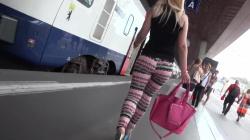 ピタピタレギンスエロ尻揺らして歩く金髪お姉さんを後ろから隠し撮りwww【海外盗撮】の画像