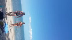 海から上がってきたビキニ女性2人を隠し撮りwww【海外ビーチ盗撮】の画像