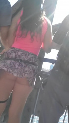 風でひらひらとミニスカートがめくれて生ケツ晒しちゃってる女子を追跡隠し撮りwww【海外盗撮】の画像
