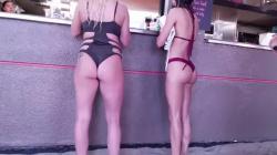 ビーチにあるお店のカウンター前で水着女性のデカ尻隠し撮りwww【海外盗撮】の画像