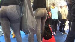 フィットネスイベント会場でピタピタヨガパンツ着用女性のお尻をストーキング隠し撮りwww【海外盗撮】の画像