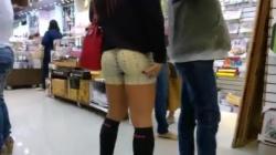 お店の中でスパッツハイソックス女子のプリケツ太腿隠し撮りwww【盗撮】の画像