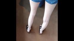 列に並ぶショーパン女子の真っ白美脚を隠し撮りwww【海外盗撮】の画像