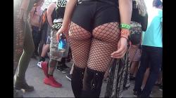 野外コンサート会場で網タイツ着用デカ尻女性を隠し撮りwww【海外盗撮】の画像