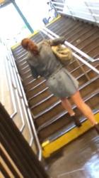 【パンチラ】駅から地上に出る階段でミニスカお姉さんを逆さ撮り赤パンティ隠し撮りwww【海外盗撮】の画像