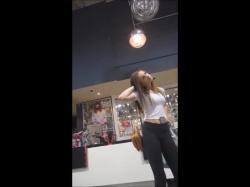 ショッピングモールでぴちぴちレギンスにスマホ挟んだセクシー娘を隠し撮りwww【盗撮】の画像