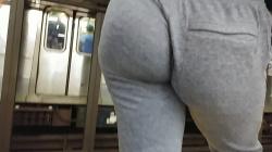 駅のホームで電車待ちしてるスウェットを尻にくい込ませた女性を隠し撮りwww【盗撮】の画像
