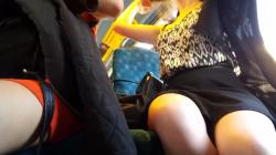 座席に座り脚を組むミニスカ女性のむっちり太ももを隠し撮りwww【海外盗撮】の画像