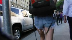 でっかいリュック背負ったタンクトップにホットパンツサンダル履き女性を隠し撮りwww【盗撮】の画像