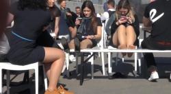 野外のベンチに座ってるミニスカ制服女性の足裏デルタゾーンを隠し撮りwww【海外盗撮】の画像