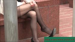 野外の椅子に脚を組んで座ってる黒スト着用女性の美脚を隠し撮りwww【盗撮】の画像