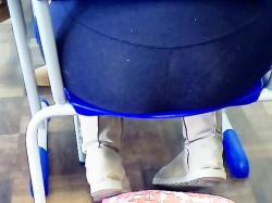前の席のレギンス着用女子のデカ尻を隠し撮りwww【海外盗撮】の画像