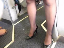 飛行機内でお仕事中のCAさんの脚を隠し撮りwww【盗撮】の画像