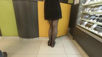 ショッピングモールで黒スト黒ワンピサンダル履き女性を隠し撮りwww【盗撮】の画像