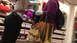 店内でお客さんや店員さんの着尻隠し撮りwww【海外盗撮】の画像