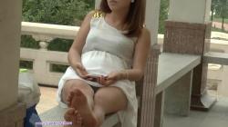 ベンチに脚を伸ばし座り居眠りしてる女性の足先足裏パンチラ隠し撮りwww【盗撮】の画像