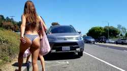 道路を裸足で歩くビキニ女性のプリンプリンのお尻追跡隠し撮りwww【海外盗撮】の画像