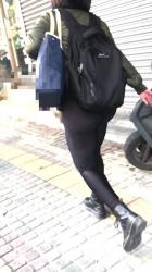 レギンスのパツパツ具合がエッチな女性を街中隠し撮りwww【盗撮】の画像