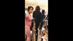 ピンクのレギンス&Tシャツ着用むっちり巨乳女性を店内隠し撮りwww【盗撮】の画像