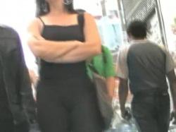 【街撮り】黒キャミ&黒ズボン女性を街中隠し撮りwww【盗撮】の画像