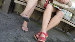バス停のベンチに座ってる生脚熟女のスカートの奥を隠し撮りwww【盗撮】の画像