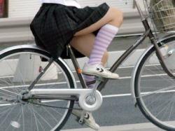 女子高生の自転車通学風景の画像