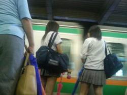 駅のホームのミニスカ女子高生の画像