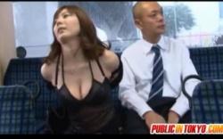 【痴女+麻美ゆま】これはやばい昭和のエロ話!バスの後部座席に座ったら痴女がオッパイ出してました。の画像