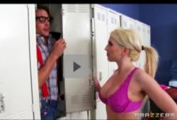 【更衣室】これは危険な高校のロッカールームに隠れていたオタク生徒!ボインお姉さんに見つかってしばかれます。の画像