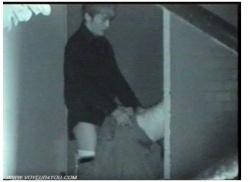 【盗撮】ロングスカートの女と若い男です!建物の裏で立ちバックでチンポコを挿入してます。の画像