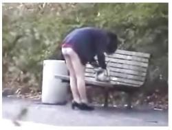 【パンティ盗撮】とてもスケベな公園のベンチでパンチラしていたセクシー女子高生です!もうチンポ液が止まりません。の画像