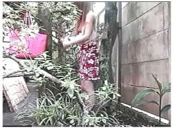 【露出】これは危険な外で全裸になるのが好きな淫乱奥さま!建物の裏でオナニーしてます。の画像