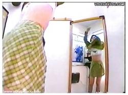 【着替え盗撮】ブティックの試着室で水着の試着をしているセクシーお姉さんです!盗撮カメラマンが隠し撮り。の画像