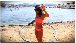【ビーチ】海水浴場の水着ギャルのインタビューです『おっぱい観察Ep2。オーストラリアの元ストリッパー、ステファニーさん』【Boobs On The Beach】の画像