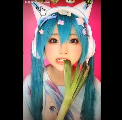 【コスプレ】長ネギをむさぼり食う小柔SeeUさんです『TikTok xiaorouseeu Cosplay』【小柔SeeU+TikTok+コスプレイヤー】の画像