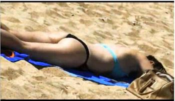 【街撮り盗撮】砂浜で日光浴をしているビキニギャルです『Candid 228』【Nikomaster+水着+ビーチ】の画像