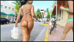 【街撮り盗撮】通りを歩いているひもビキニのセクシー美女【Kingz Of Candid+巨尻+水着】の画像