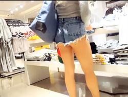 【街撮り盗撮】ホットパンツが短すぎる女子大生くらいのお姉さんですの画像