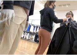 【街撮り盗撮】ショップ店員のヨガパンツに包まれた桃尻を隠し撮りしました『candid 42』【ヨガパンツ】の画像